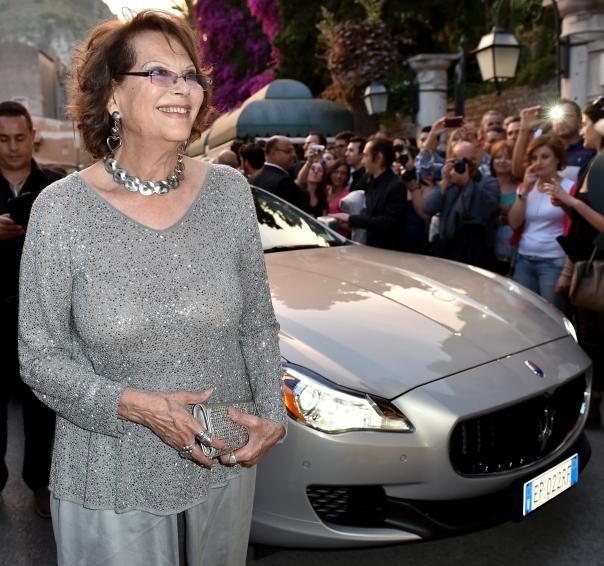 Claudia Cardinale fährt im Maserati Quattroporte vor
