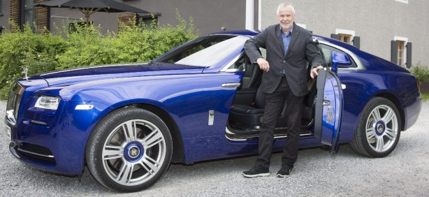 Das ist noch nicht der neue, sondern der bekannte Rolls-Royce: Autotester Rudolf Huber am Wraith. Foto: Gudrun Muschalla/Rolls-Royce