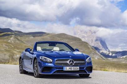 Mercedes-Benz SL 500. Brillantblau mit AMG Line. Mercedes-Benz SL 500. Brilliant blue with AMG Line. Kraftstoffverbrauch kombiniert 9,0 l/100km; CO2-Emissionen: 205 (g/km) fuel consumption combined: 9.0 l /100 km; CO2 emissions: 205 g/km